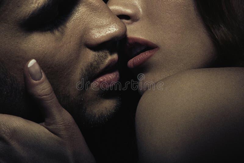 Foto van sensueel kussend paar stock afbeeldingen