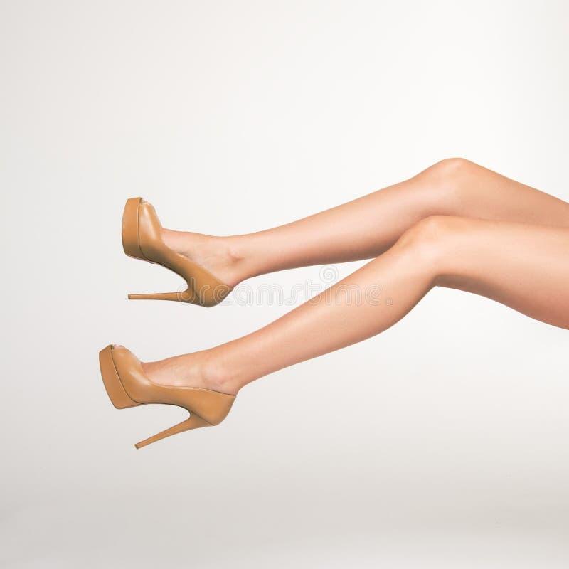 Foto van sexy, goed gevormde, verleidelijke vrouwelijke benen royalty-vrije stock afbeelding