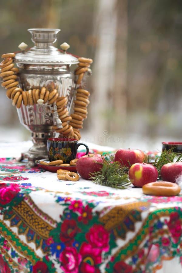Foto van stilleven in de Russische stijl, met appelen, samovar en ongezuurde broodjes, voor thee royalty-vrije stock afbeelding