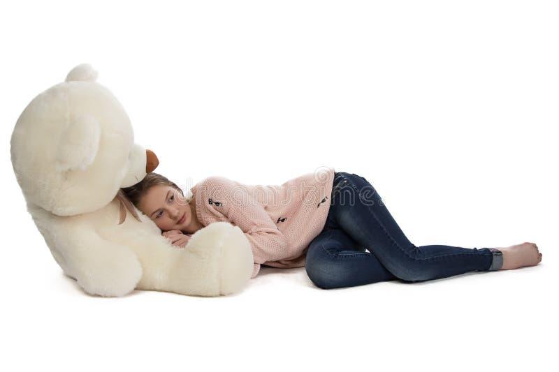 Foto van tiener het liggen met teddybeer stock afbeelding
