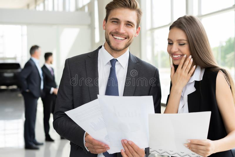 Foto van twee collega's die over het project in het bureau bespreken royalty-vrije stock foto