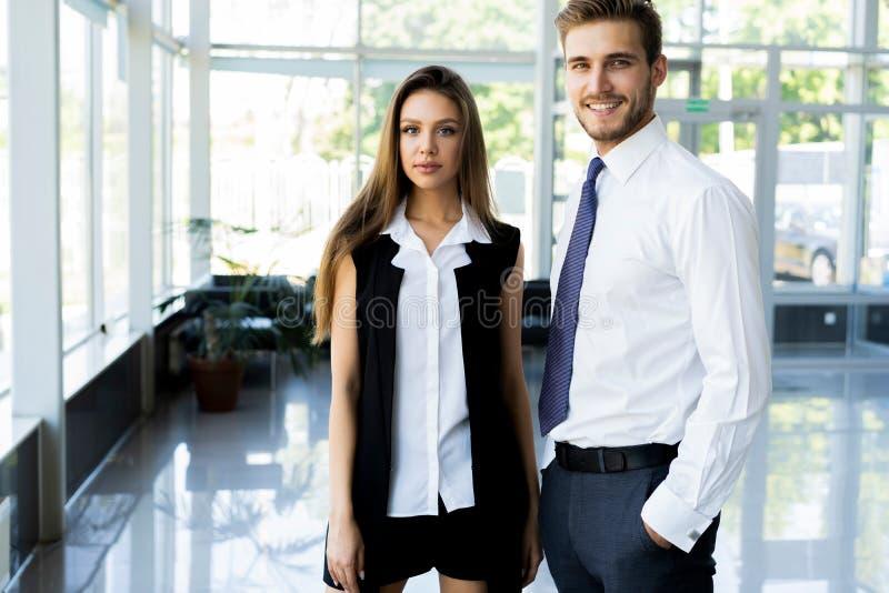 Foto van twee collega's die over het project in het bureau bespreken royalty-vrije stock fotografie
