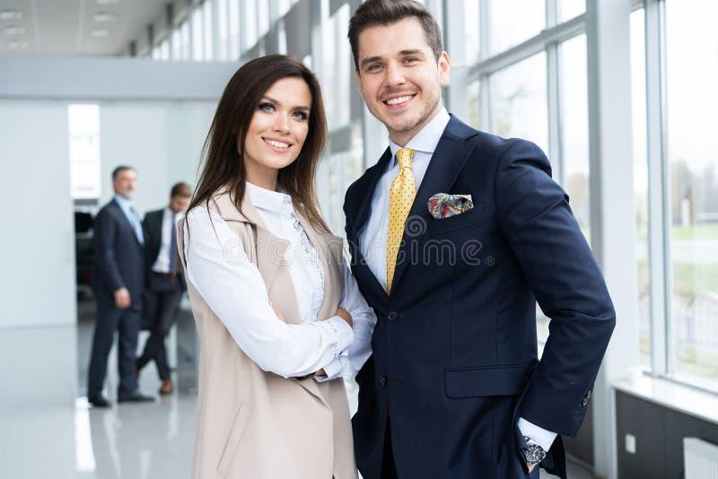 Foto van twee collega's die over het project in het bureau bespreken stock afbeelding