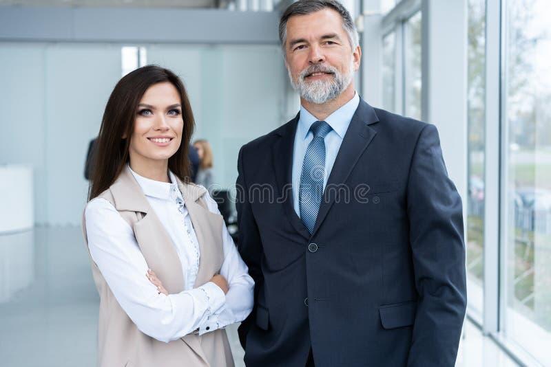 Foto van twee collega's die over het project in het bureau bespreken royalty-vrije stock foto's