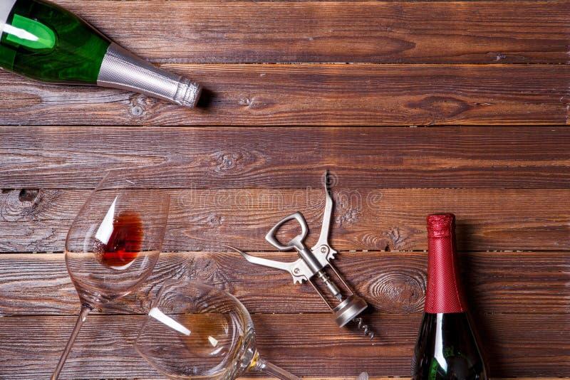 Foto van twee flessen wijn, twee wijnglazen en kurketrekker stock afbeeldingen