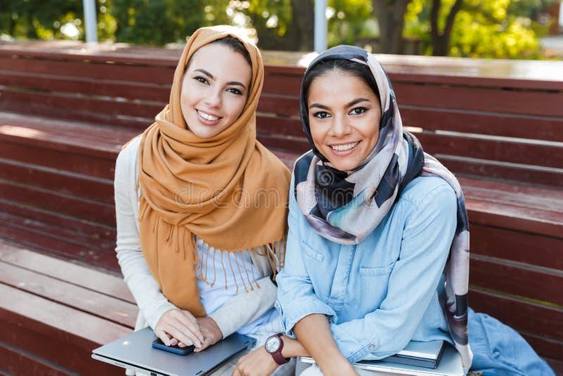 Foto van twee moslimvrouwen die headscarfs het glimlachen dragen bij camera royalty-vrije stock foto