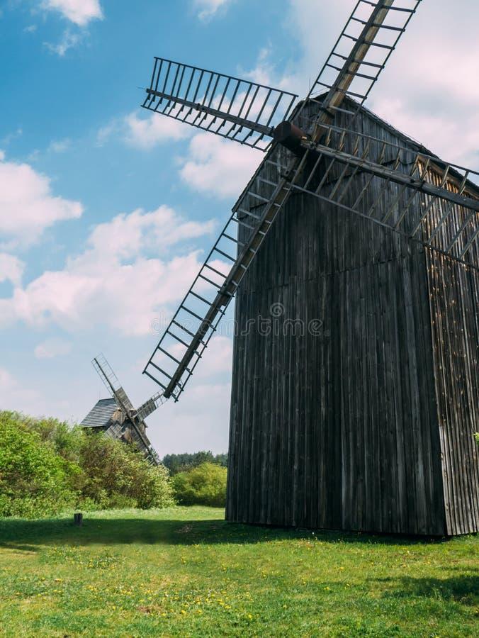 Foto van twee oude houten molens stock foto's