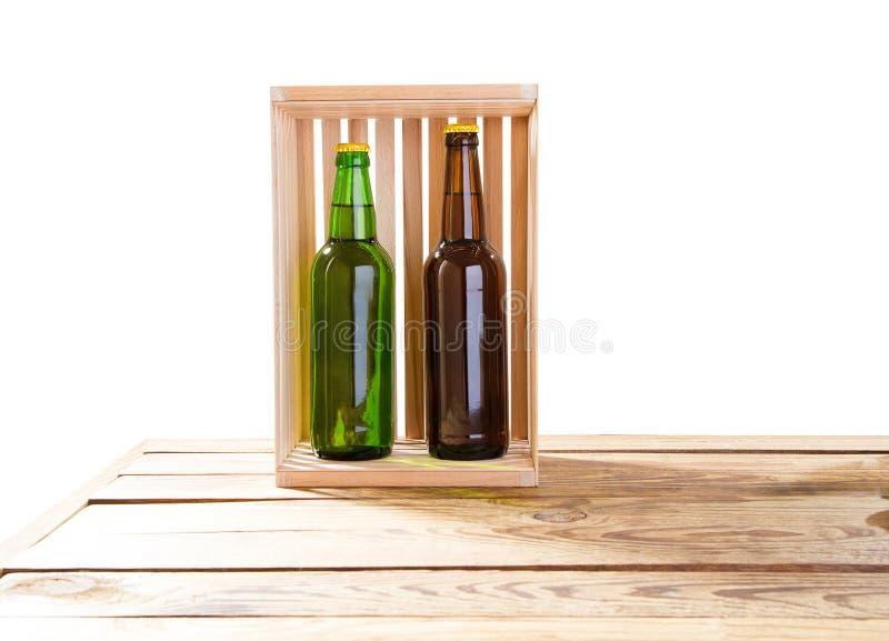 Foto van twee verschillende volledige bierflessen zonder etiketten Afzonderlijke het knippen weg voor elke inbegrepen fles 2 twee royalty-vrije stock afbeeldingen