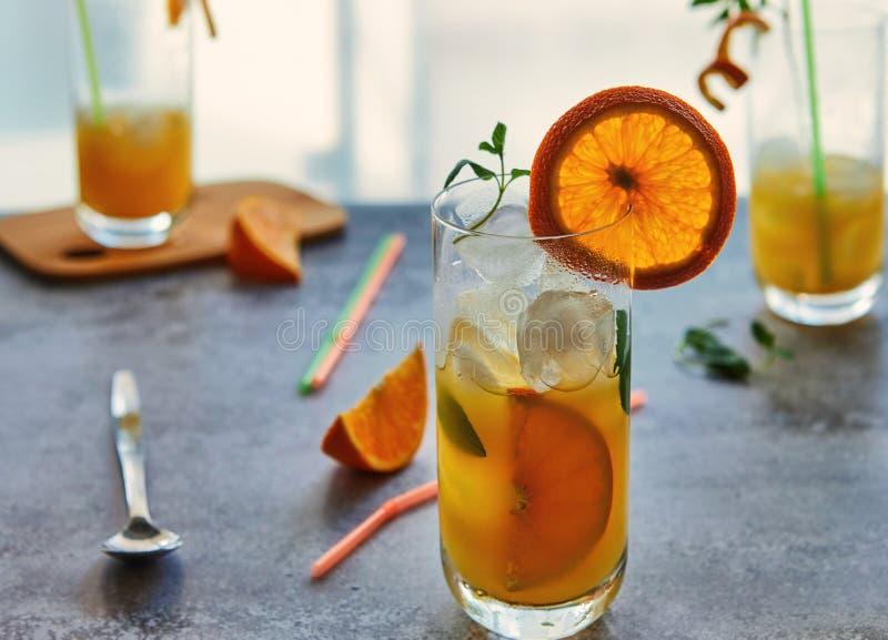Foto van vers jus d'orange in de glaskruik Concept van de de zomer het gezonde organische drank royalty-vrije stock fotografie