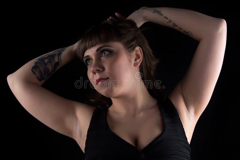 Foto van vette vrouw met tatoegering op hand stock foto