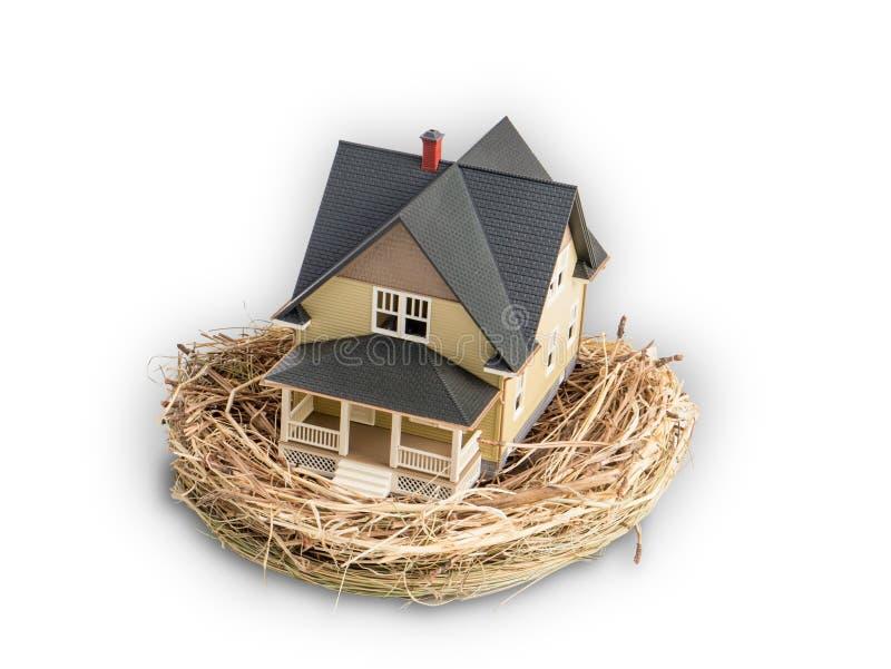 Foto van vogelsnest met een miniatuur binnen huis stock fotografie