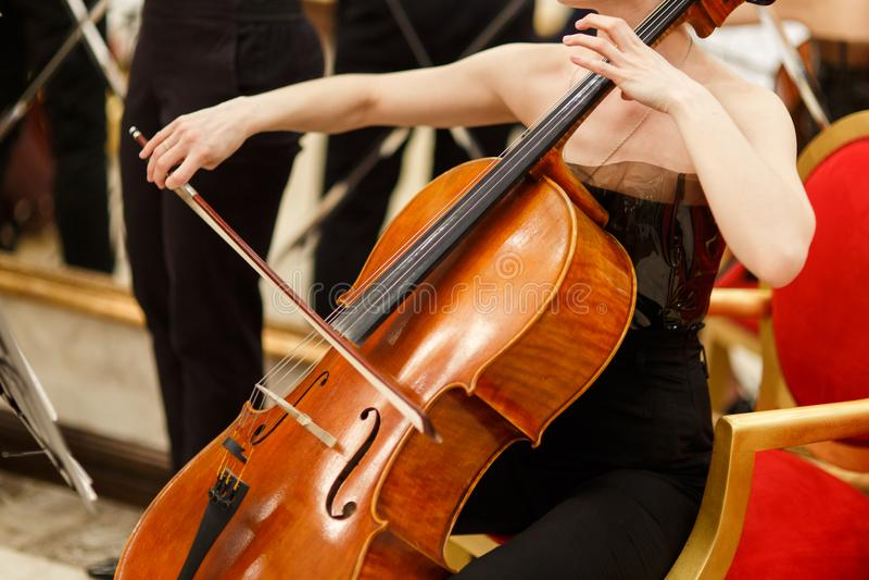 Foto van vrouw het spelen cello stock foto