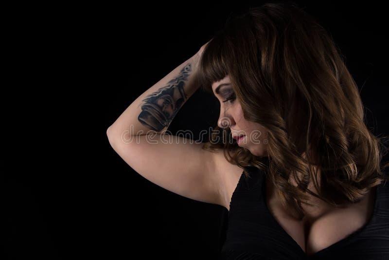 Foto van vrouw met tatoegering op hand stock afbeelding