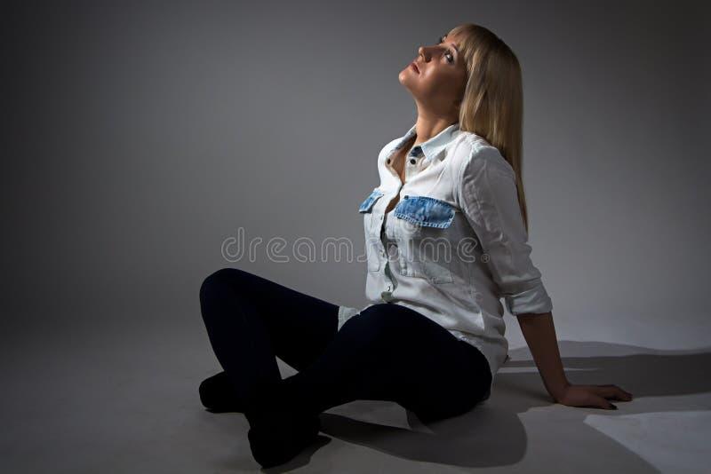 Foto van vrouwenzitting met gekruiste benen royalty-vrije stock afbeelding
