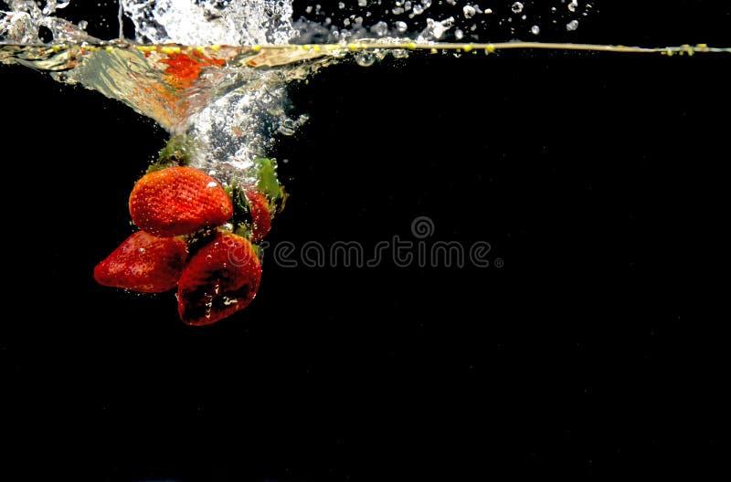 Foto van vruchten onder water worden gelaten vallen dat royalty-vrije stock foto's