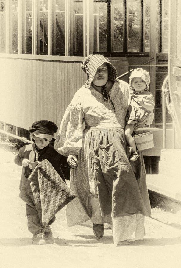 foto velha do tempo da mamã e das crianças da era da guerra civil foto de stock