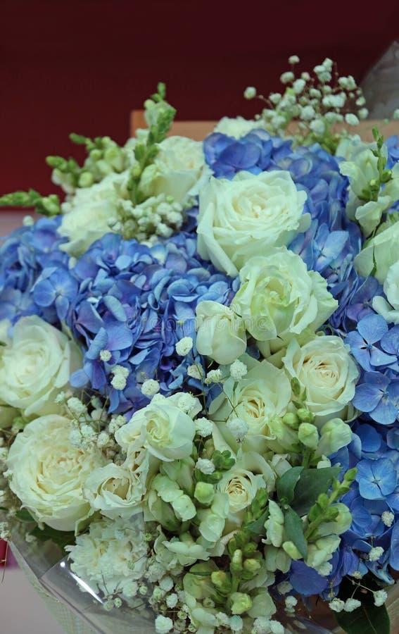 Foto vertical da rosa branca e do ramalhete azul da hortênsia imagens de stock royalty free