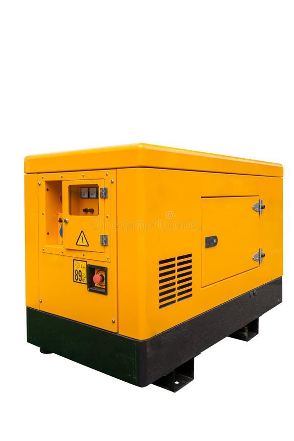 Foto vertical da vista lateral do gerador diesel móvel externo amarelo para a energia elétrica da emergência isolado no fundo bra imagem de stock
