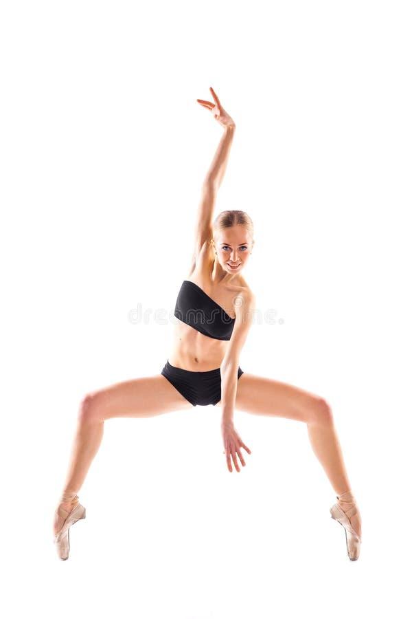 Foto vertical de la bailarina aislada en el fondo blanco en trai fotos de archivo