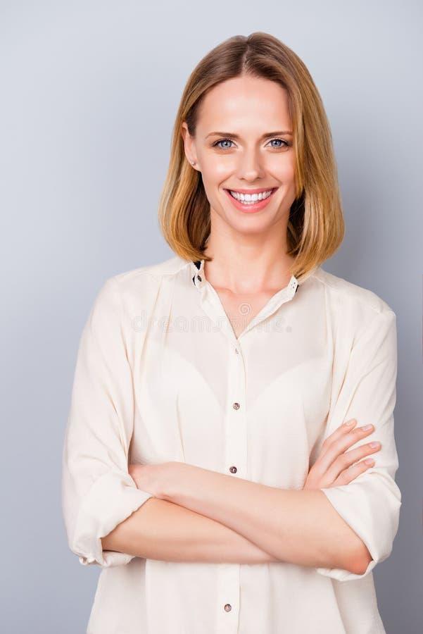 Foto vertical de la mujer sonriente encantadora en la ropa formal stan foto de archivo libre de regalías