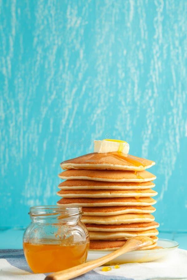 Foto vertical de la pila de crepe con la miel y la mantequilla fotos de archivo libres de regalías