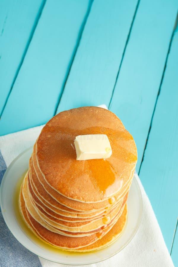 Foto vertical de la pila de crepe con la miel y la mantequilla en el top fotografía de archivo libre de regalías