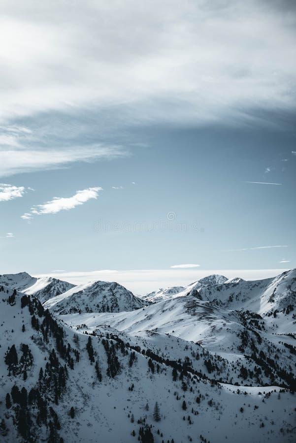 Foto vertical de las montañas de Nocky en las montañas austríacas Picos blancos en luz trasera durante puesta del sol fotos de archivo