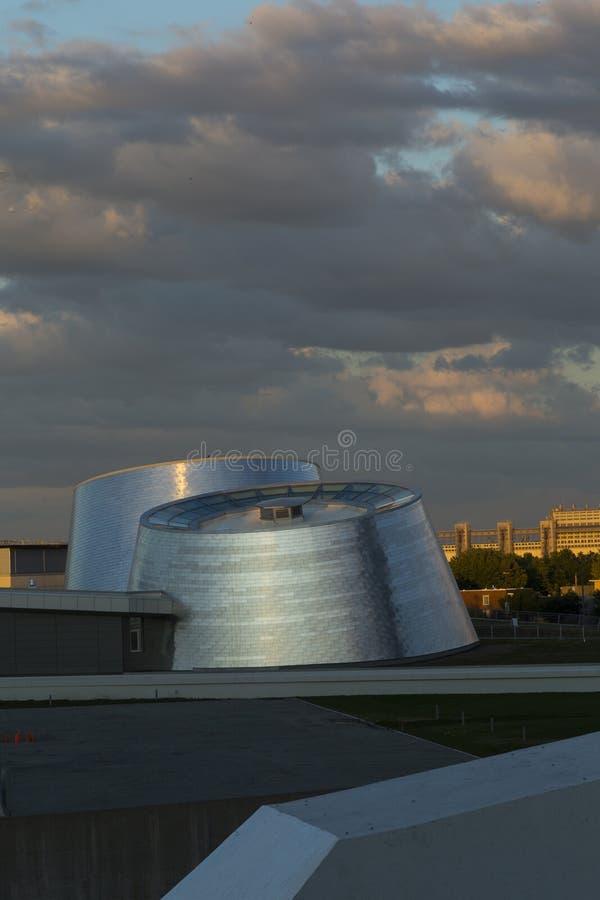 Foto vertical de las torres gemelas del planetario de Montreal's en la puesta del sol imágenes de archivo libres de regalías