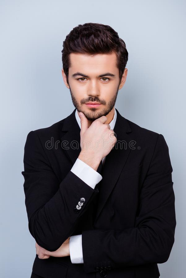 Foto vertical del jefe importado serio estricto en la ropa formal t foto de archivo