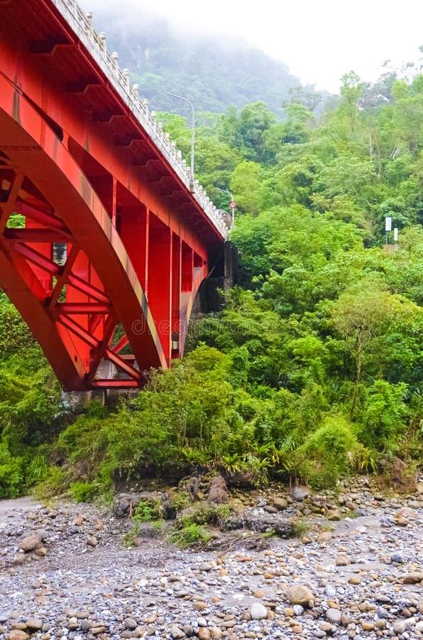 Foto vertical del puente rojo en la garganta taiwanesa de Taroko El parque nacional de Taroko es un destino turístico popular Tro fotografía de archivo