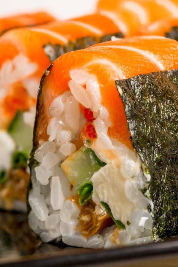 Foto vertical - rolos deliciosos com salmões foto de stock
