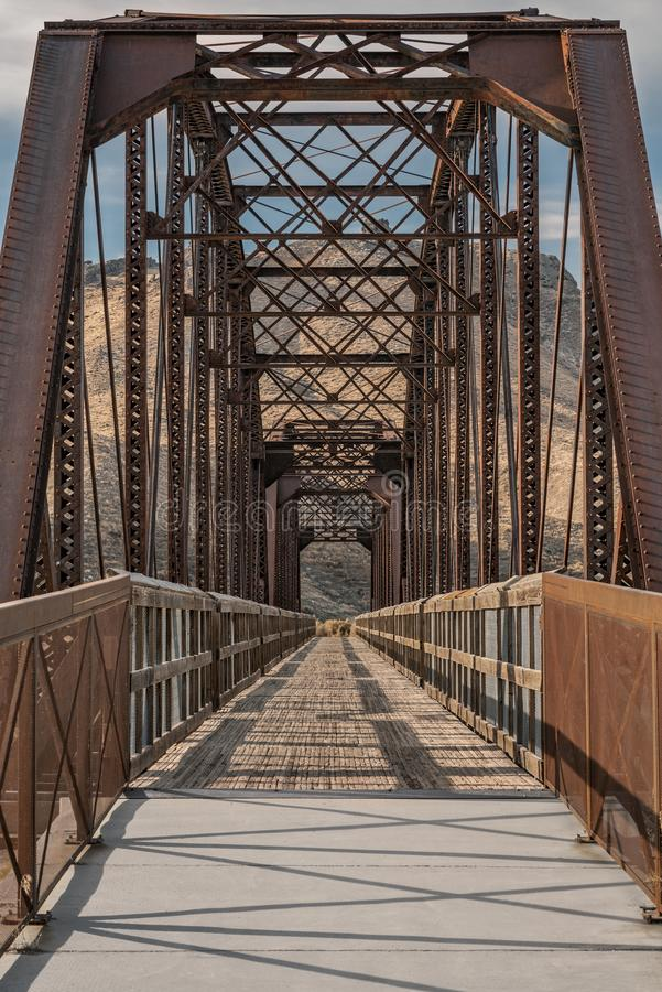 Foto verticale del Guffey Bridge tra Idaho, Stati Uniti fotografie stock