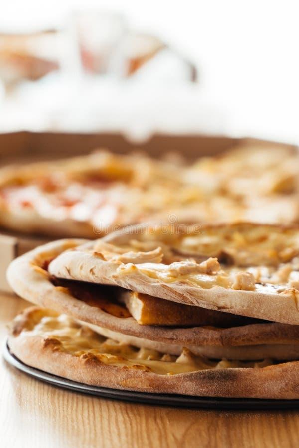 Foto verticale della pizza casalinga del pane italiano, alimento fotografia stock libera da diritti