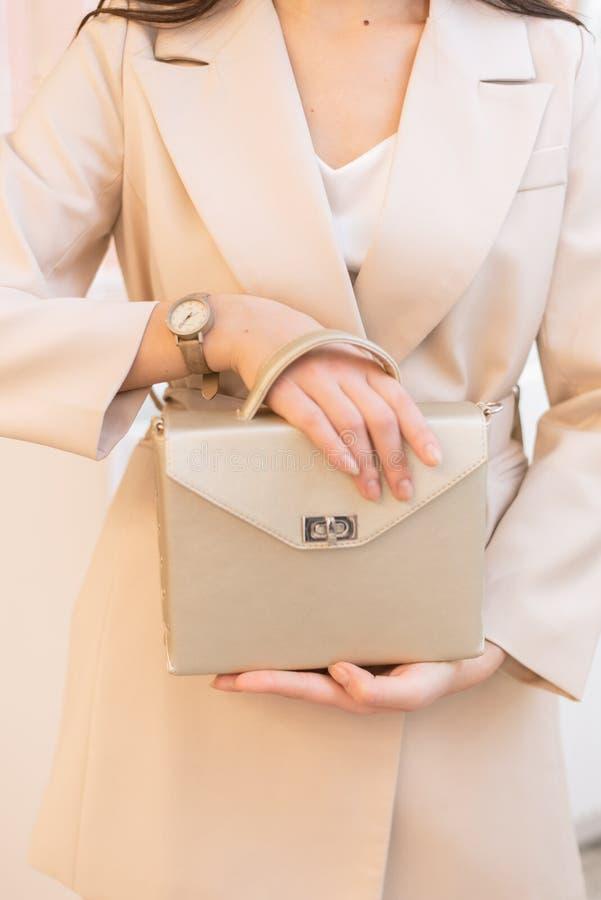Foto verticale di una ragazza con una borsa dell'oro immagini stock