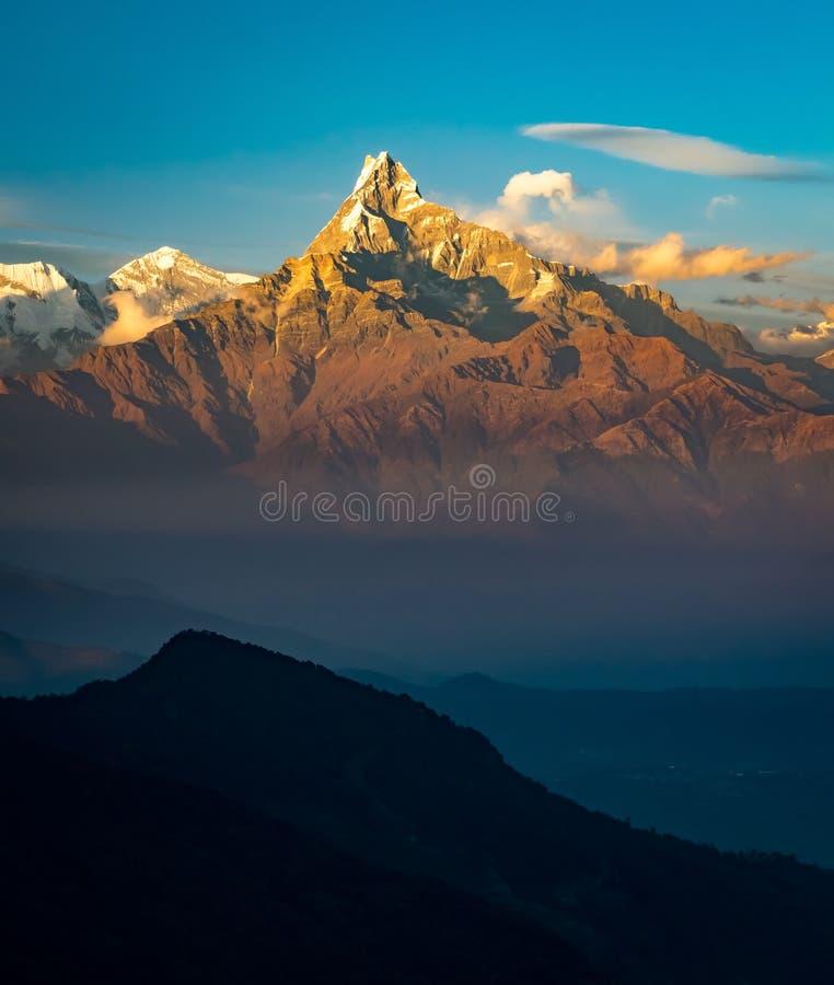 Foto verticale scenica del picco di montagna a coda di pesce anche conosciuto come Machapuchare durante l'alba in Himalaya fotografia stock
