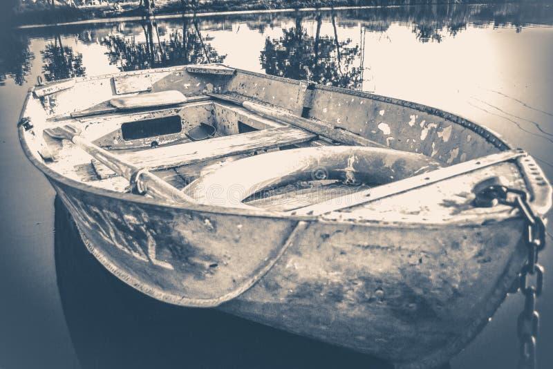 Foto vieja de la vendimia Algunos barcos simples viejos en el embarcadero de madera imagen de archivo libre de regalías