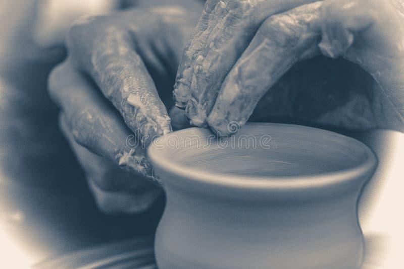 Foto vieja de la vendimia El alfarero moldea el pote del jarro de la arcilla imagen de archivo libre de regalías