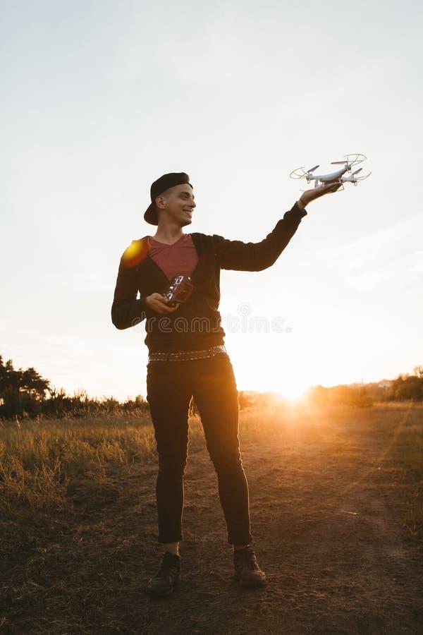 Foto in voller Länge des Mannes mit Brummen, Sonnenuntergangaufflackern stockfotografie