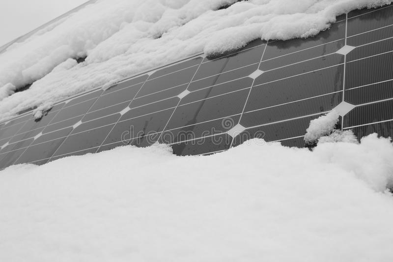 Foto-voltaische Module bedeckt mit Schnee lizenzfreie stockfotografie