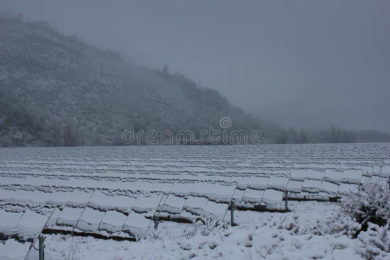 Foto-voltaische Module bedeckt mit Schnee stockfotografie