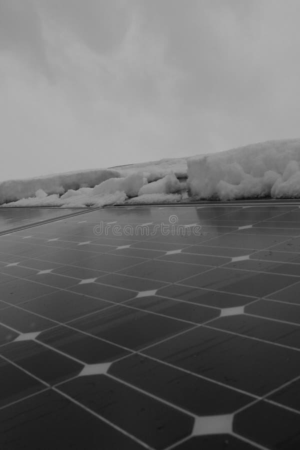 Foto-voltaische Module bedeckt mit Schnee stockfoto