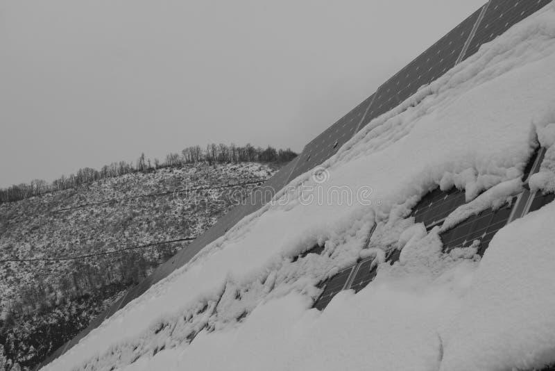 Foto-voltaische Module bedeckt mit Schnee lizenzfreies stockfoto