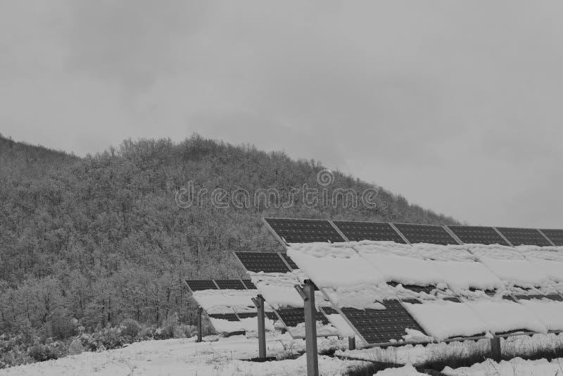 Foto-voltaische Module bedeckt mit Schnee stockbilder