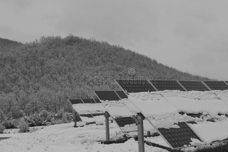 Foto-voltaische Module bedeckt mit Schnee stockfotos