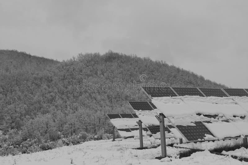 Foto-voltaische Module bedeckt mit Schnee lizenzfreies stockbild