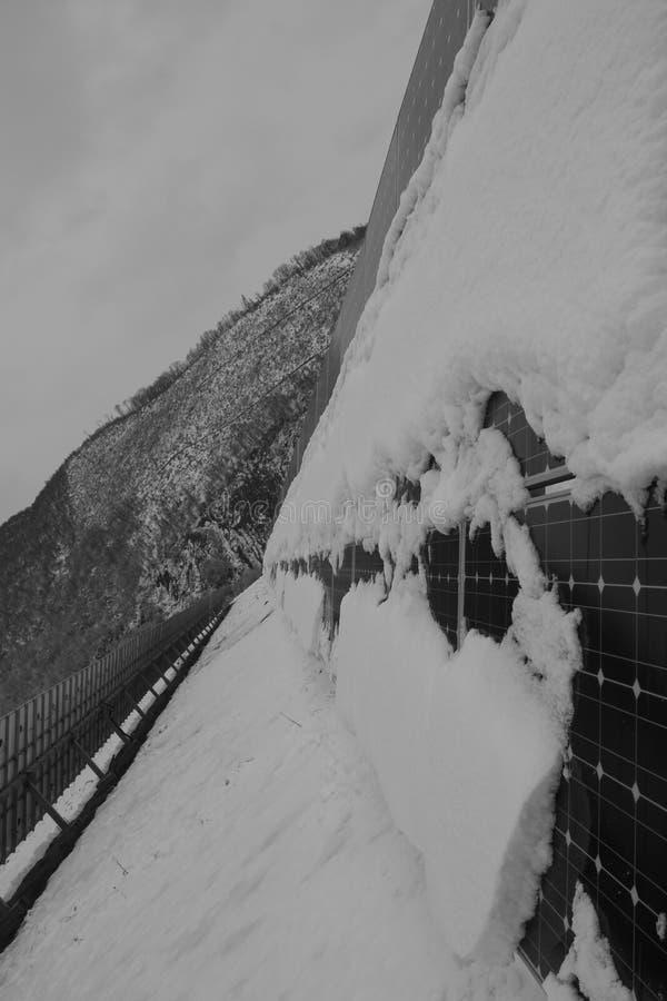 Foto-voltaische Module bedeckt mit Schnee lizenzfreie stockbilder
