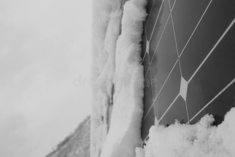 Foto-voltaische Module bedeckt mit Schnee lizenzfreie stockfotos