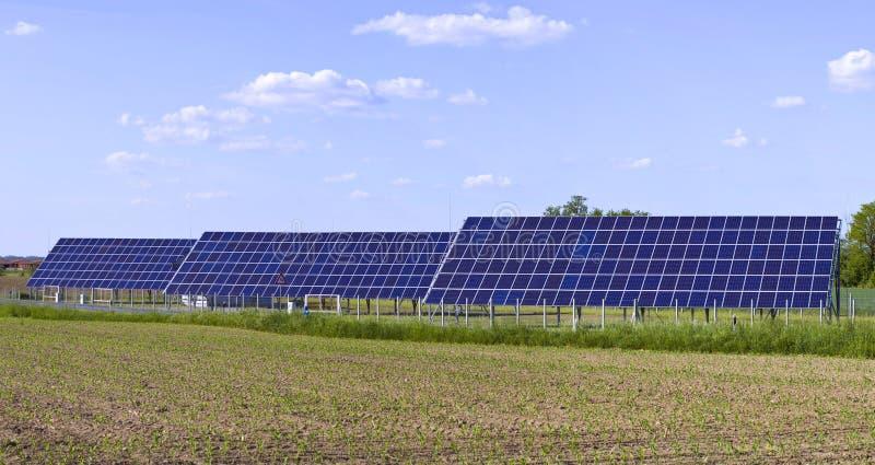 Foto-voltaische Platten-Solarzellen lizenzfreies stockfoto