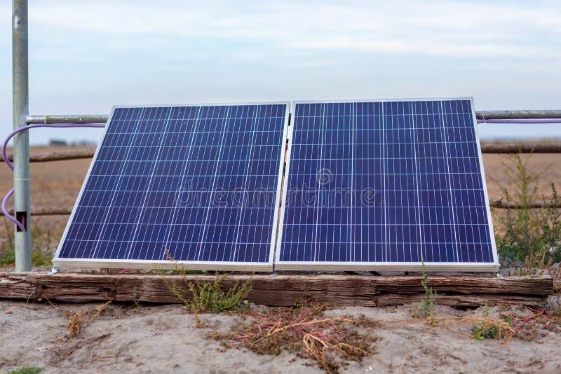 Foto-voltaische Solarmodule unter Verwendung der auswechselbaren Solarenergie Alterna lizenzfreie stockfotografie