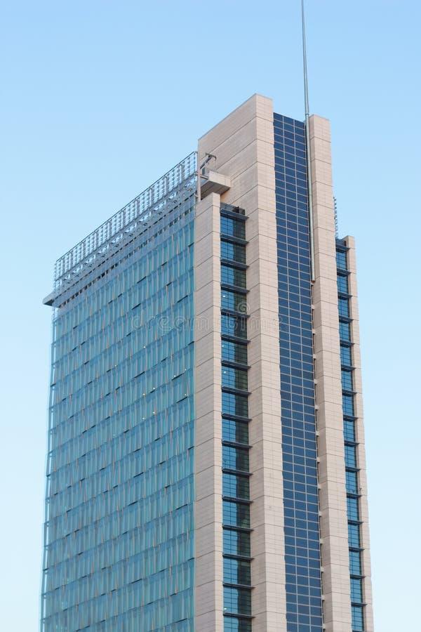 Foto-voltaische Sonnenkollektoren auf Wolkenkratzer stockbilder